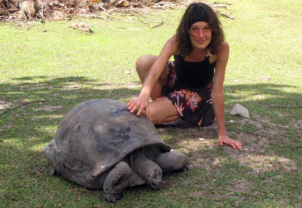 Nathalie avec une tortue géante