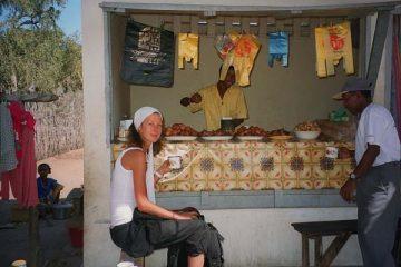 Nathalie prend son café au marché de Saint-Augustin