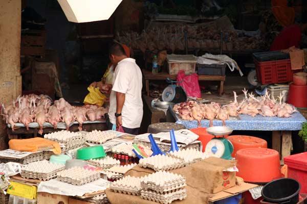 Volailles sur le marché de Kota Bharu