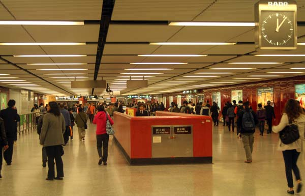Couloir immense d'une station de métro à Hong Kong