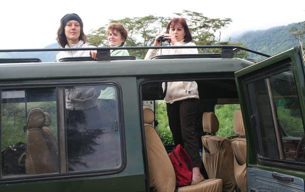 Nathalie dans un véhicule de safari