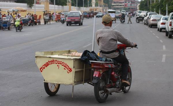 Mobylette transportant des oeufs