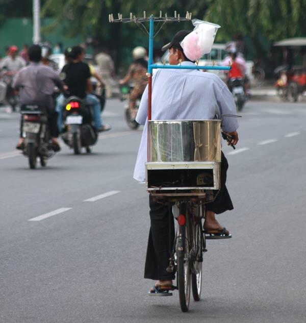 Vendeur de barbapapa en vélo