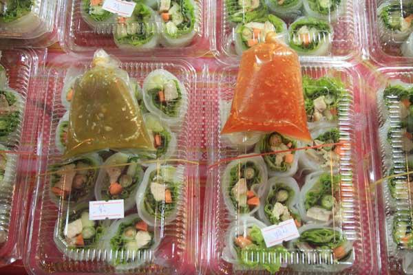 Salad box sur le marché du week-end de Phuket