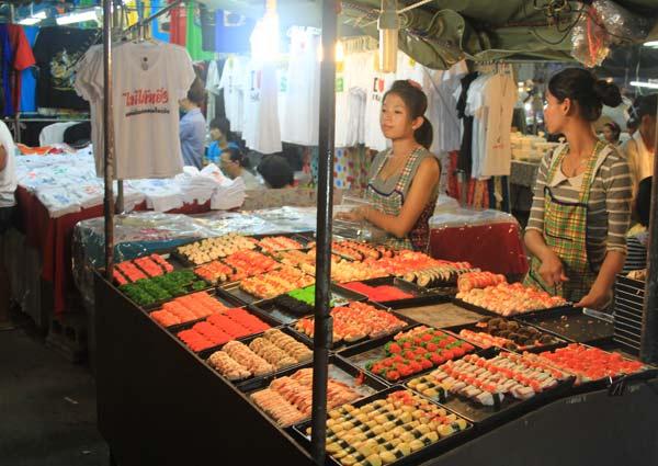Stand de sushis sur le marché du week-end de Phuket