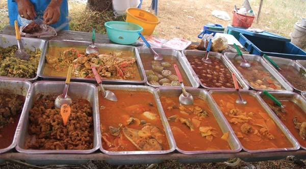 Repas sur le marché de Kamala