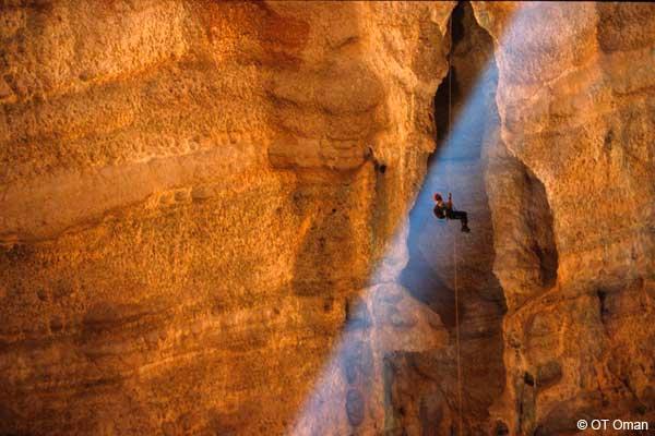spéléologie dans la grotte de Majilis al Jinn