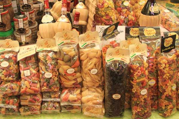 Etal de pâtes colorées à San Remo