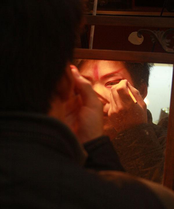 Artiste se maquillant à l'opéra du Sichuan