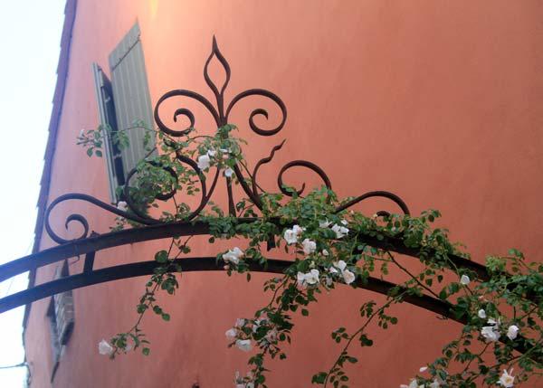 mur mediterraneen village cagnes