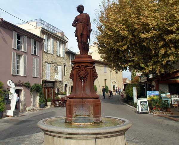 Fontaine à l'entrée de Mougins
