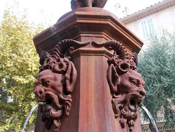 Zoom sur les têtes d'une fontaine à Mougins