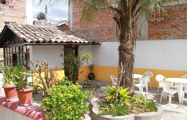 Coin salon de jardin de l'hôtel Riviera Sucre à Otavalo