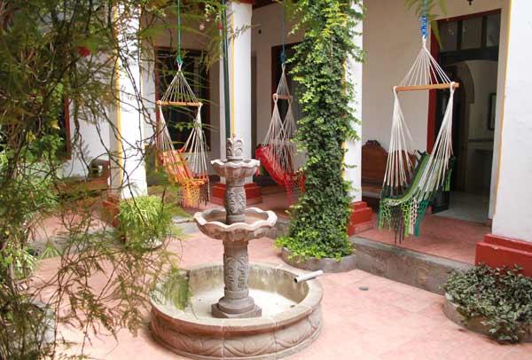 Cour intérieure de l'hôtel Riviera Sucre à Otavalo