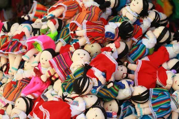 Poupées sur le marché d'Otavalo en Equateur