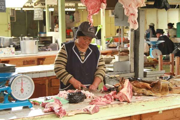 Viande sur le marché d'Otavalo en Equateur