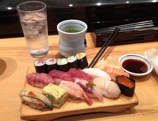 manger des sushis à Tokyo Japon