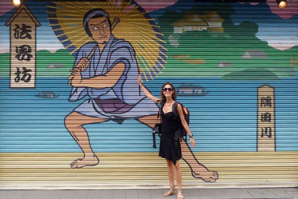 voyageuse dans le quartier d'Asakusa