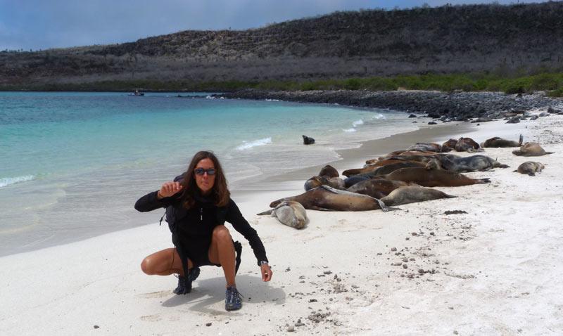 voyageur heureux aux galapagos