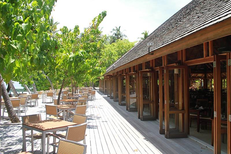 séjour au Vilamendhoo tables extérieur