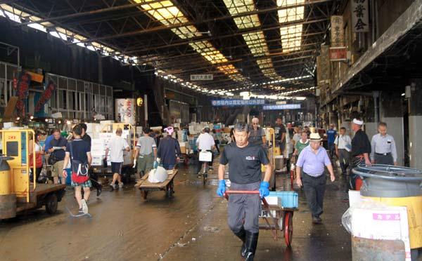 Activité grouillante au Tsujiki Market
