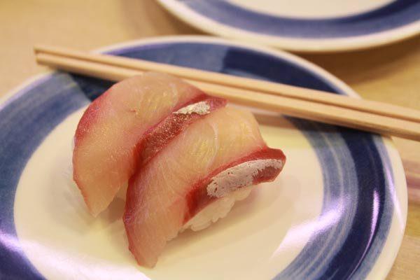 assiette de sushis dans un kaiten-zushi