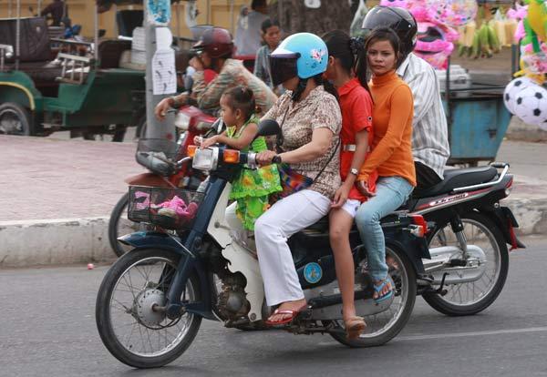 4 femmes sur une mobylette