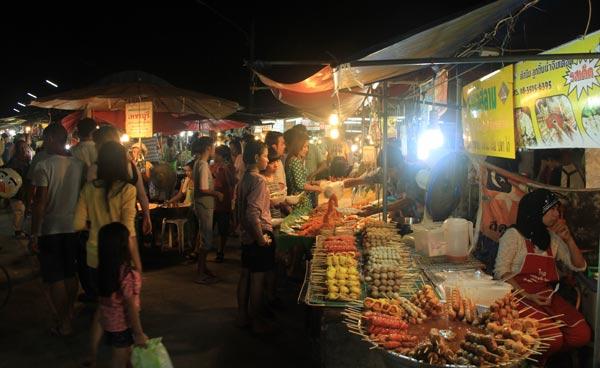 Allées du marché du week-end de Phuket