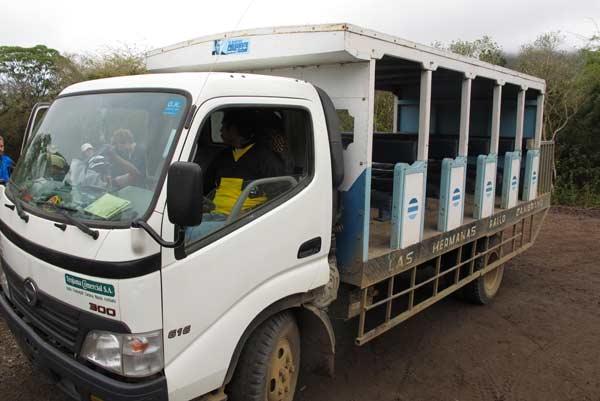 Camion de transport pour Floreana aux Galapagos