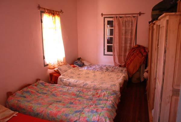 Couvertures installées sur les lits des enfants