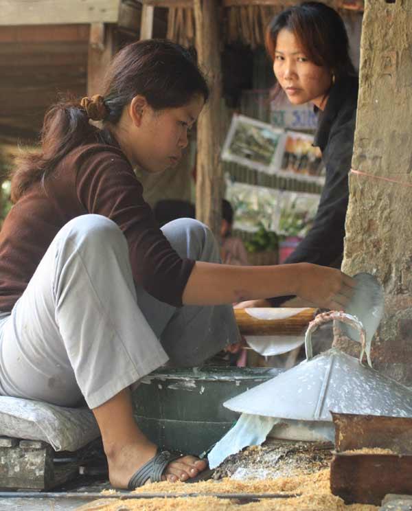 Cuisson des feuilles de riz au Cambodge