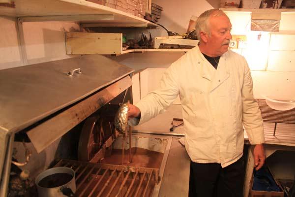 Démonstration de la fabrication d'oeufs en chocolat