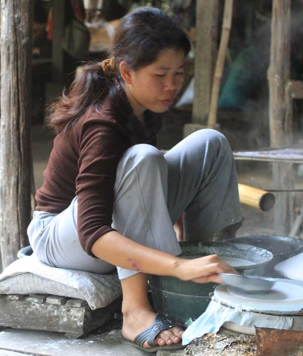 Dur labeur de la fabrication des feuilles de riz