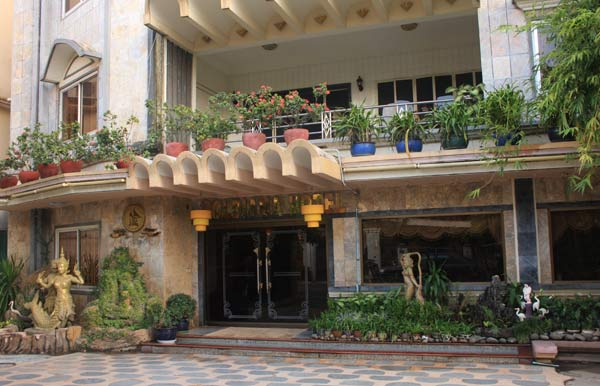 Entrée du Goldiana Hôtel à Phnom Penh