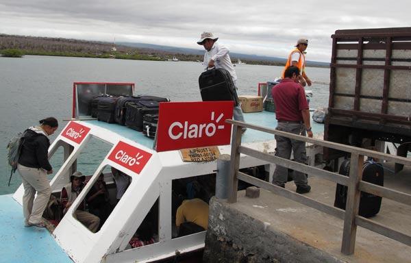 Galapagos : chargement des bagages pour la traversée