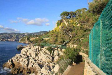 Grillage le long du sentier au Cap-Ferrat