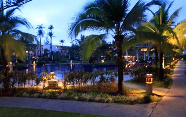 Jardin du Kamala Beach Resort de nuit