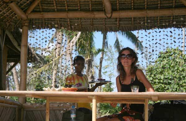 Déjeuner sous la paillotte sur l'île aux Nattes