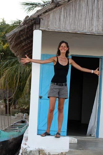 Nath devant son bungalow