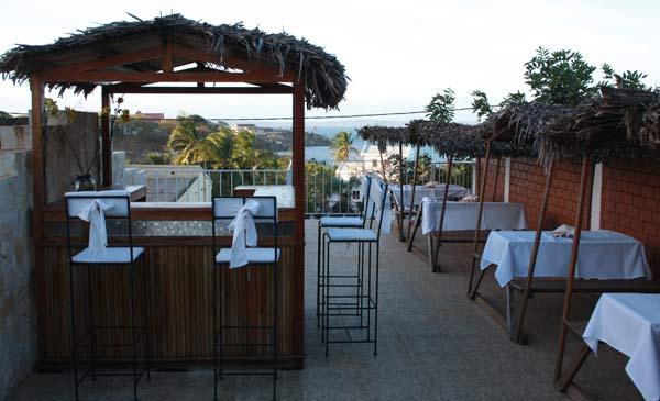 Terrasse avec paillottes du Jardin Exotique à Diego Suarez