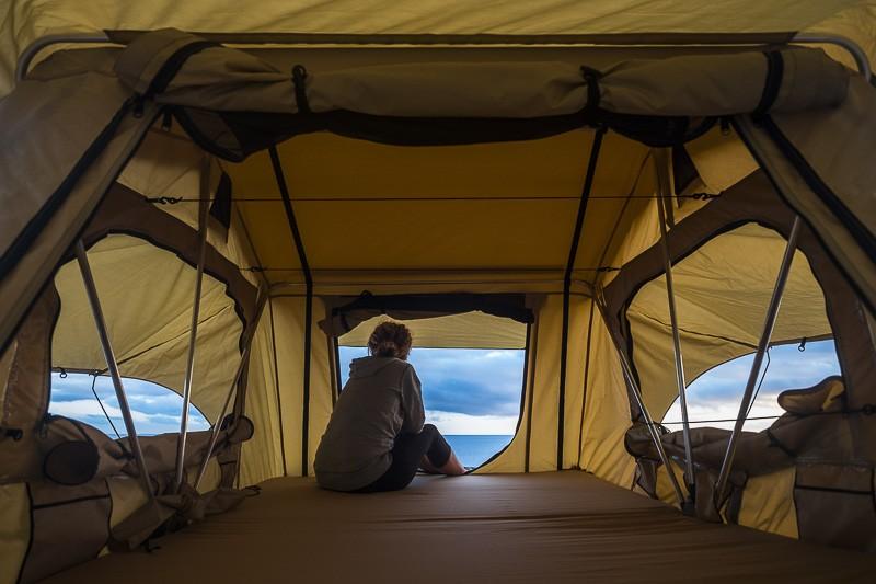 jeune femme dans tente de toit