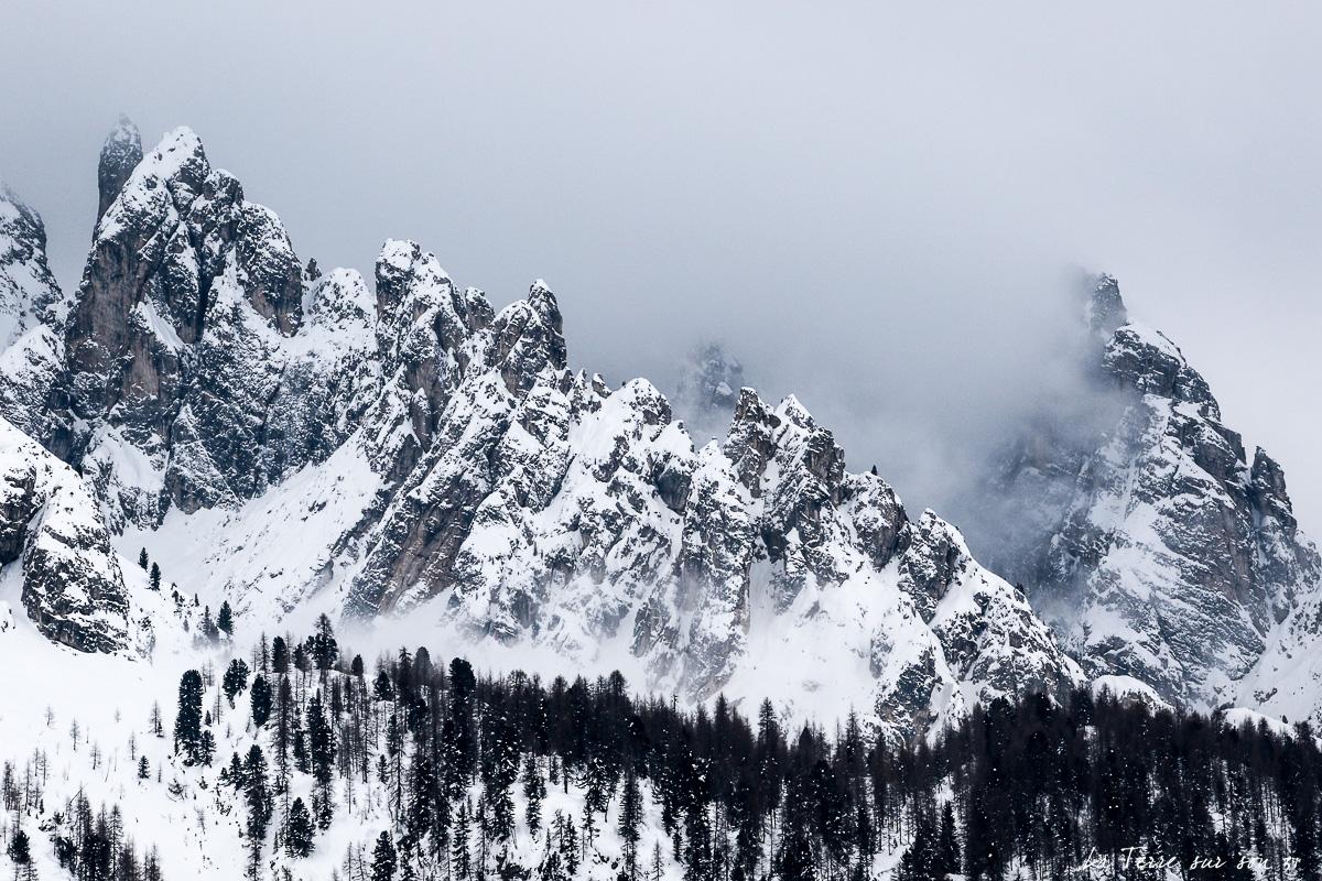 brouillard dans les dolomites l'hiver