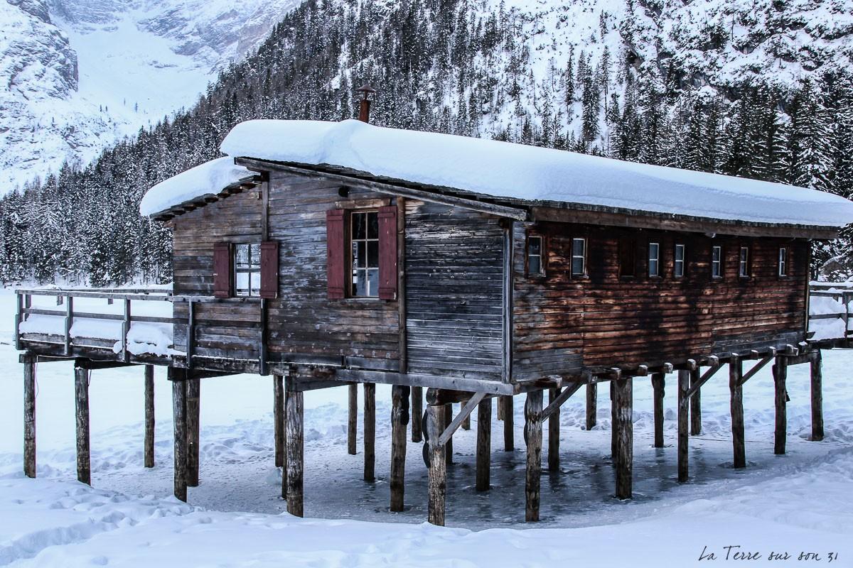 lac de braies cabane hiver dolomites