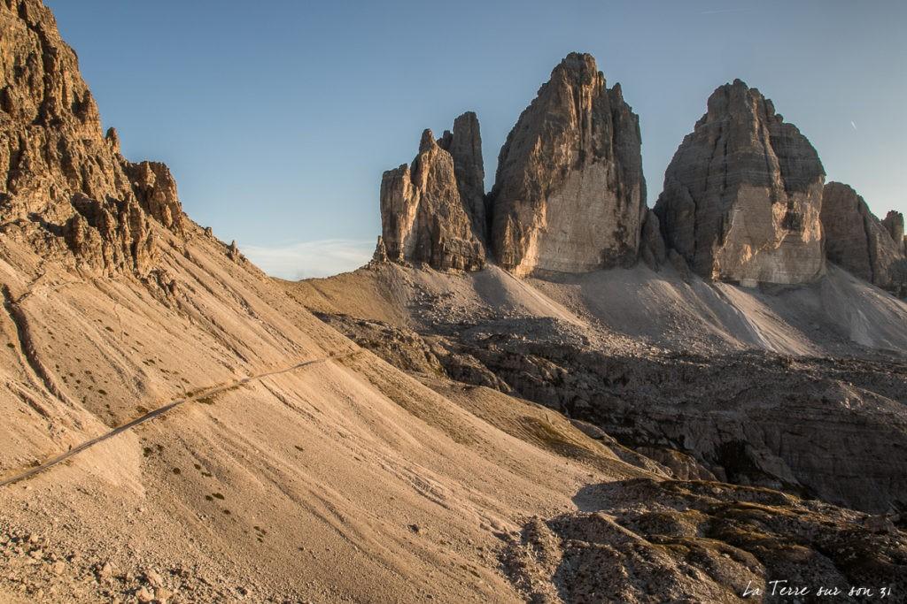 Tre Cime dans les Dolomites l'été au coucher du soleil