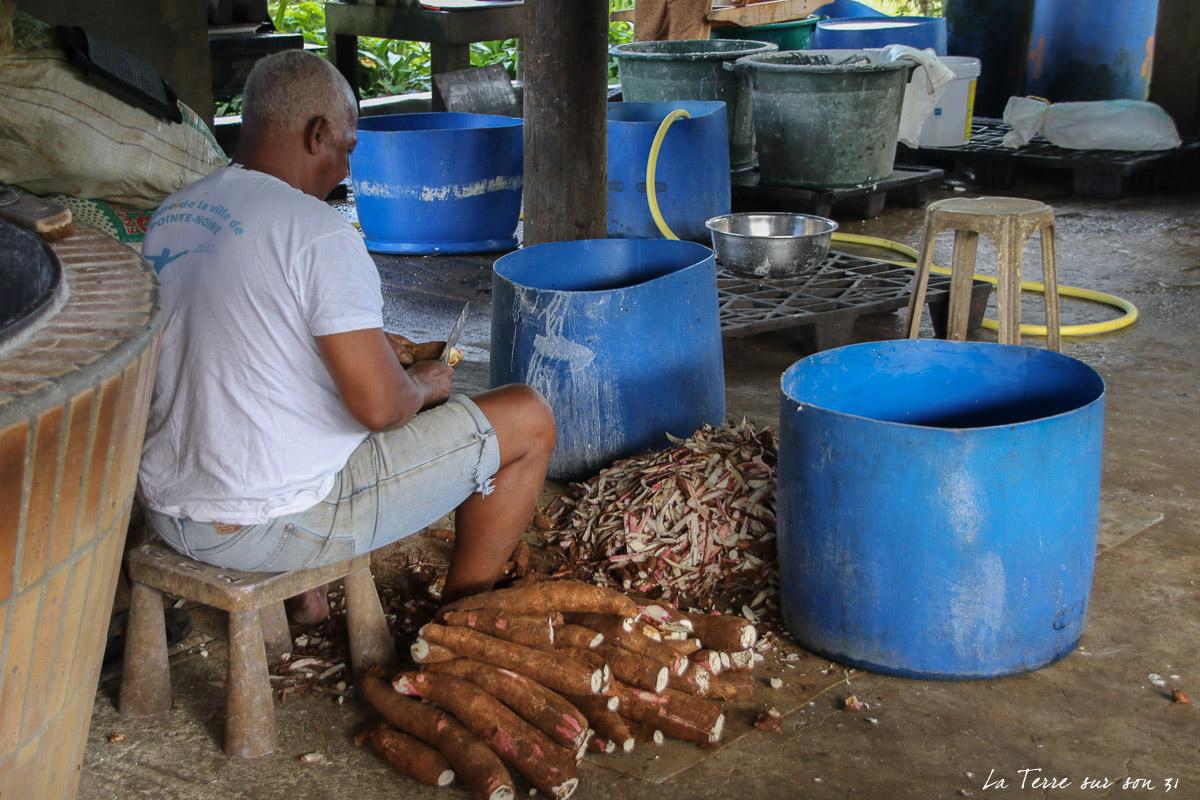 épluchage manioc kassaverie guadeloupe