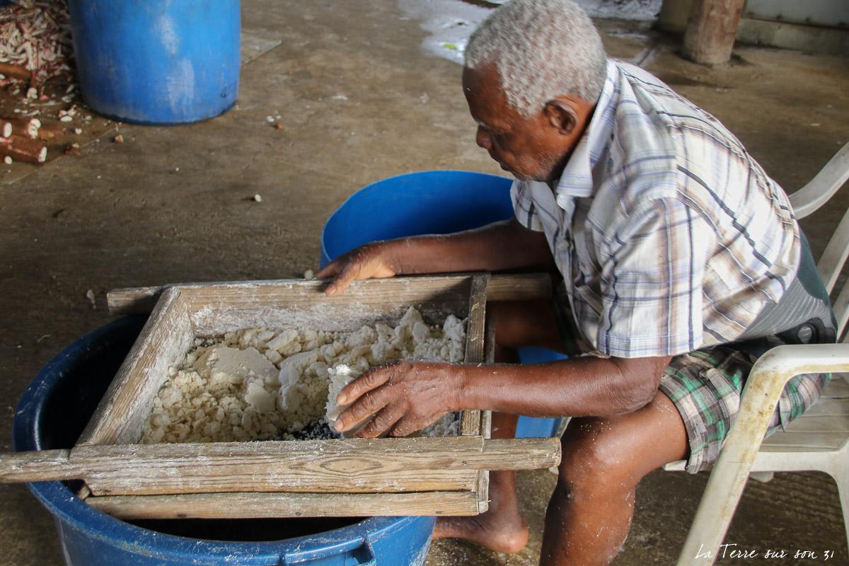 tamisage farine de manioc kassaverie guadeloupe