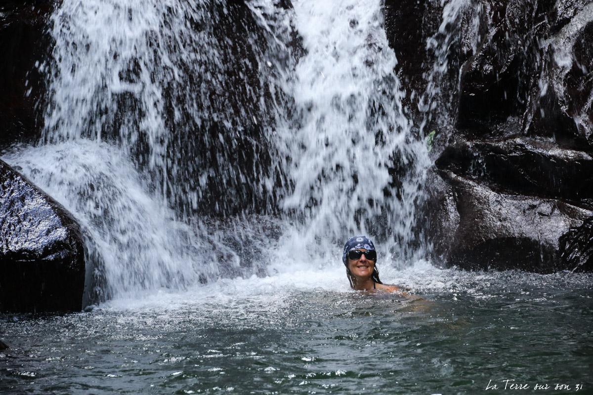 baignade cascade rivière caillou