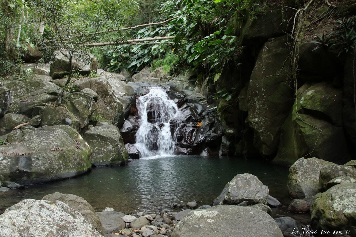 accès cascade rivière caillou